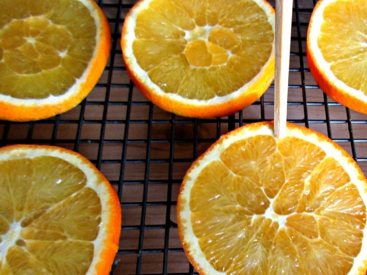 Drying Orange Slices and Peel - It's so simple to dry your own orange slices and peel at home - full instructions here. Use in both crafts and recipes