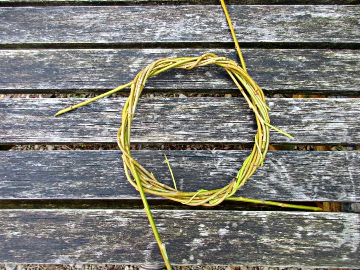 In this simple tutorial, we show you how to weave a beautiful, rustic willow crown out of materials you can collect from your garden or out on a walk.