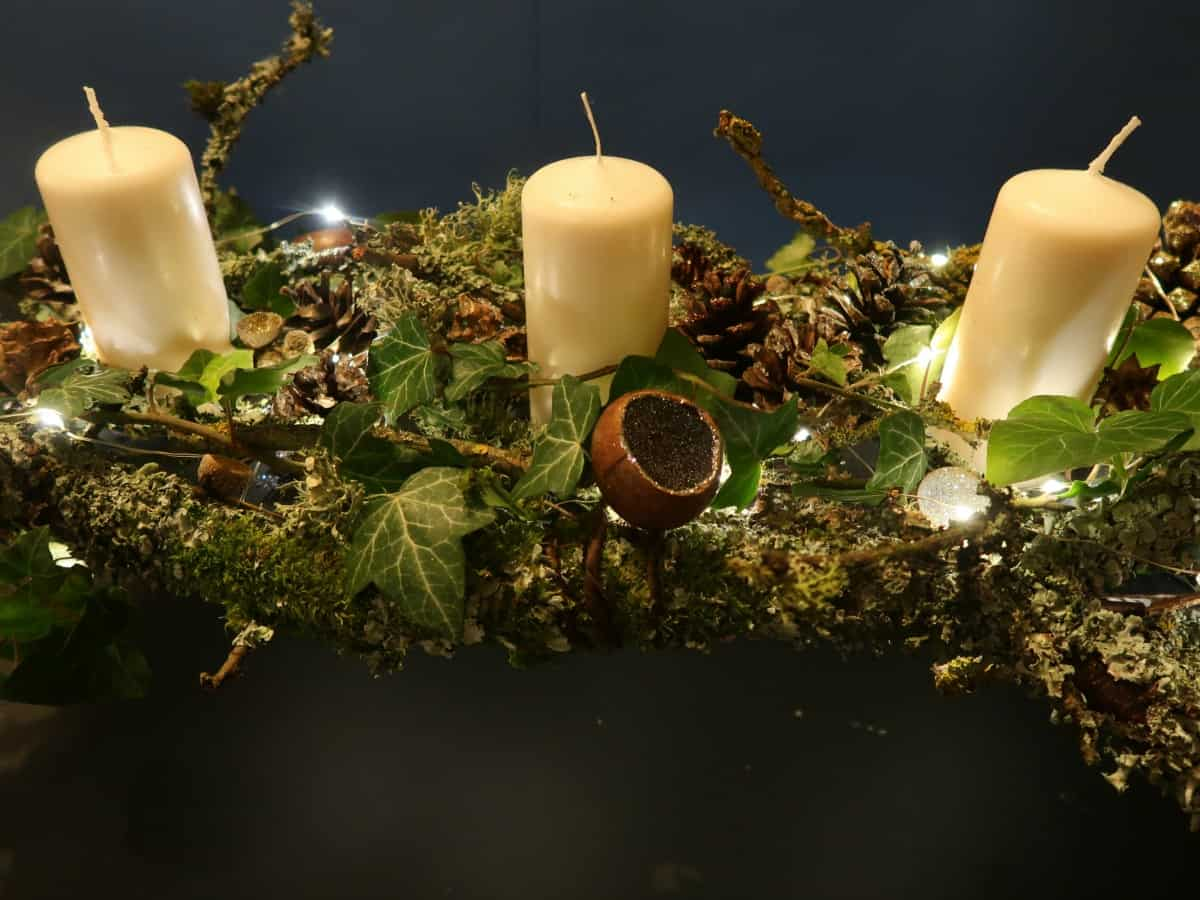 You will not believe how easy it is to make this Stunning Woodland Table Decoration. Made from an old barbecue grill, cardboard and glue and then decorated with candles, twinkly lights and lots of natural elements, we think it is the perfect centrepiece for Christmas or any other celebration. #WoodlandTableDecoration #WoodlandTheme #WoodlandCenterpiece #WoodlandCentrepiece
